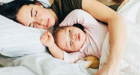 Kebiasaan Co-sleeping dan Manfaatnya Bagi Moms dan Anak