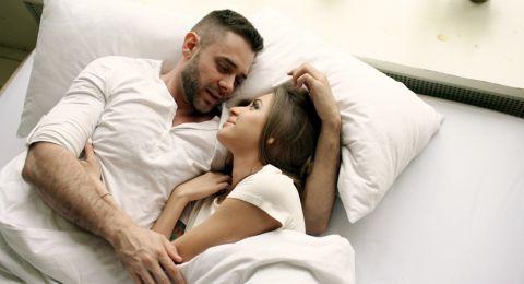 Manfaat Pillow Talk Bagi Hubungan Suami Istri
